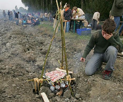 In Zuidzande moesten scouts op een omgeploegde akker koken op de manier waarop dat in het Stenen Tijdperk gebeurde.