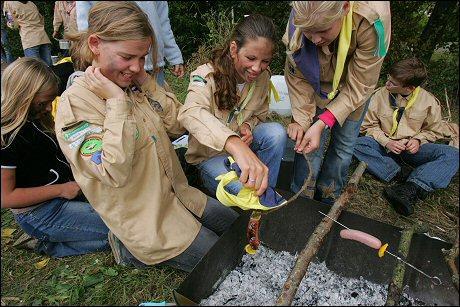De meisjes van de Terneuzense Hubertusgroep redden een worstje uit het vuur tijdens de Subregio Activiteit in Zuidzande.